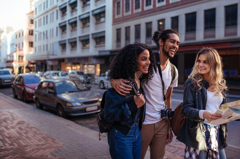 Grupo de amigos que exploran la ciudad imagen de archivo