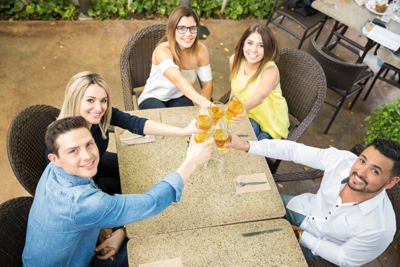 Grupo de amigos que hacen una tostada foto de archivo libre de regalías