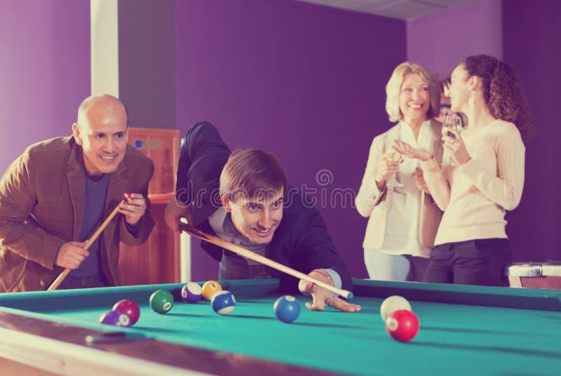 Grupo de amigos que juegan billares foto de archivo libre de regalías