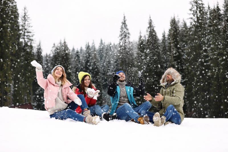 Grupo de amigos que juegan con nieve al aire libre Invierno fotos de archivo libres de regalías