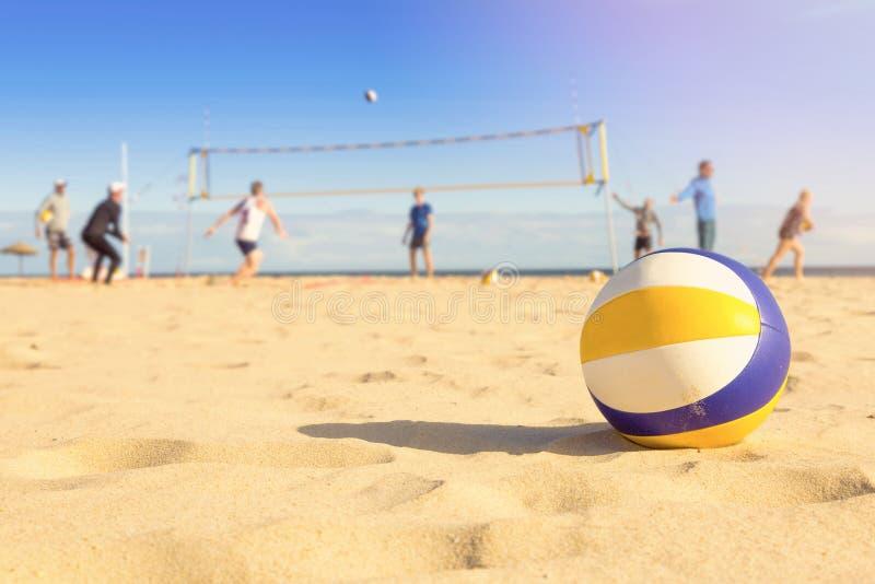 Grupo de amigos que juegan a voleibol de playa fotos de archivo libres de regalías