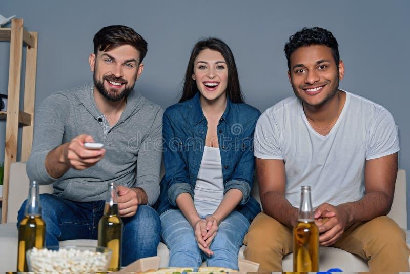 Grupo de amigos que miran deporte junto foto de archivo