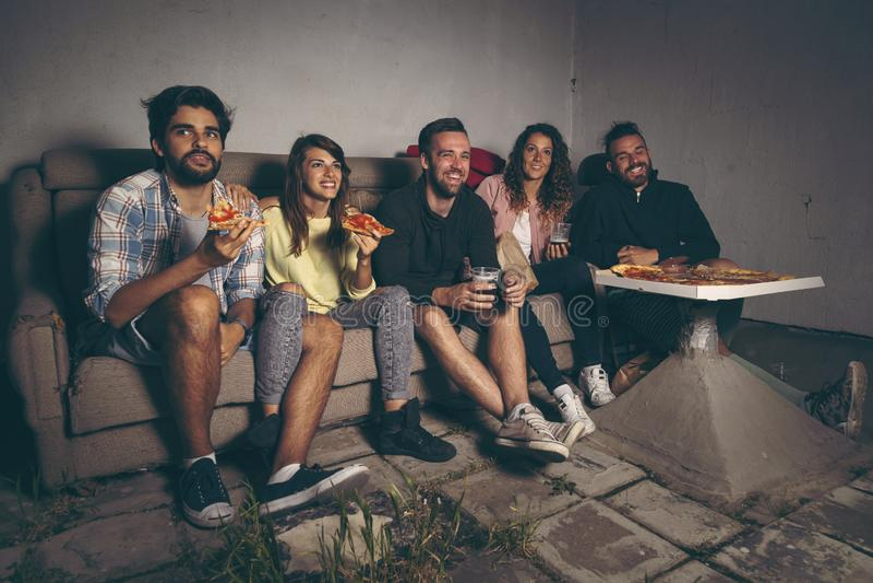 Grupo de amigos que miran una película fotos de archivo
