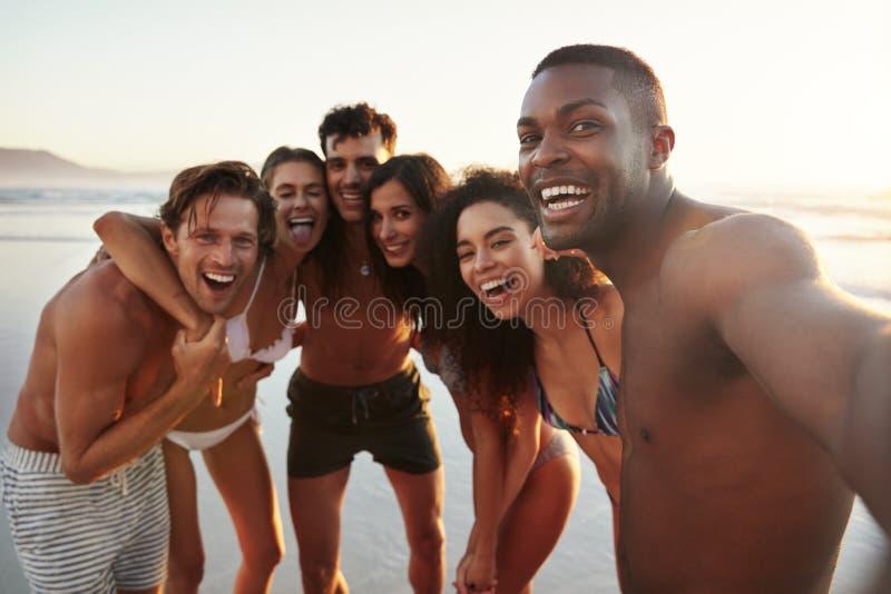 Grupo de amigos que presentan para Selfie junto el vacaciones de la playa fotografía de archivo
