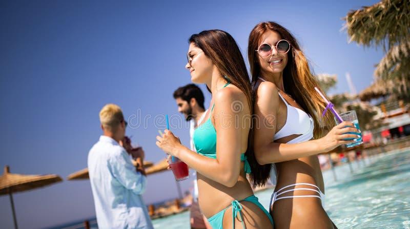 Grupo de amigos que se divierten el vacaciones de verano Concepto de la forma de vida, de la amistad, del viaje y de los d?as de  imagenes de archivo