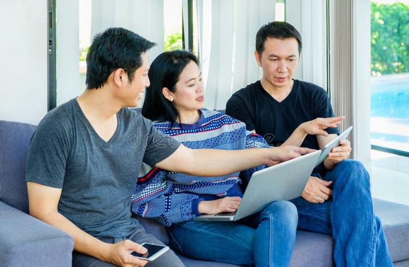 Grupo de amigos que se divierten y que usan el móvil digital del dispositivo, revestimiento imagen de archivo