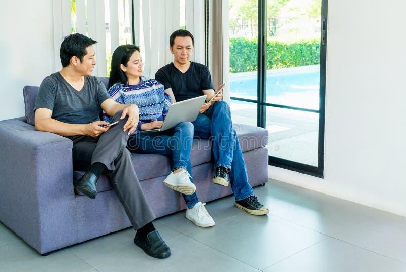 Grupo de amigos que se divierten y que usan el móvil digital del dispositivo, revestimiento fotografía de archivo libre de regalías