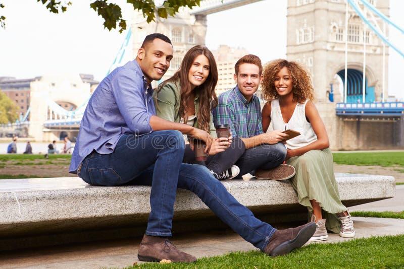 Grupo de amigos que se relajan por el puente de la torre en Londres foto de archivo libre de regalías