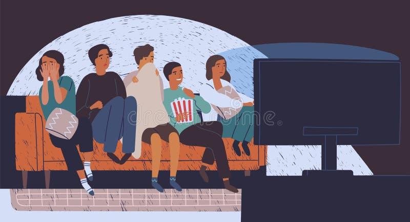 Grupo de amigos que sentam-se no sofá ou no sofá na escuridão e no filme de terror de observação Moças e meninos com caras assust ilustração do vetor