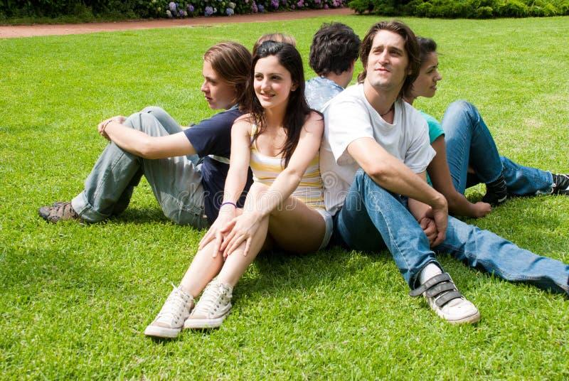 Grupo de amigos que sorriem ao ar livre em um parque imagens de stock royalty free