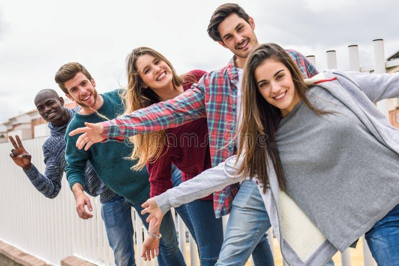Grupo de amigos que têm o divertimento junto fora foto de stock royalty free