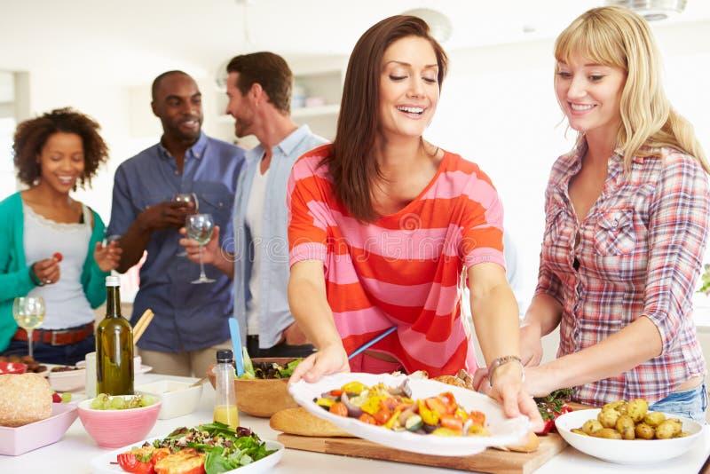 Grupo de amigos que têm o partido de jantar em casa fotos de stock