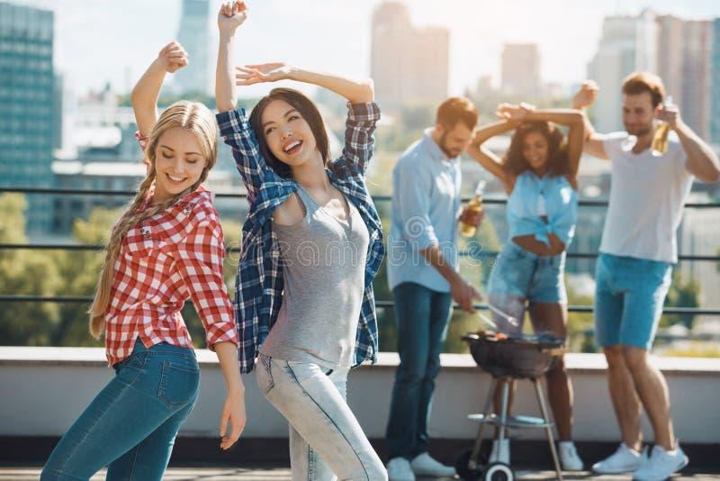 Grupo de amigos que têm o partido do assado no telhado foto de stock royalty free
