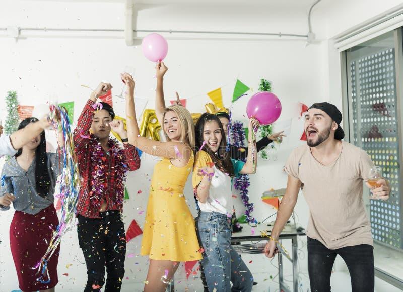 Grupo de amigos que têm o partido do divertimento na noite celebration fotos de stock