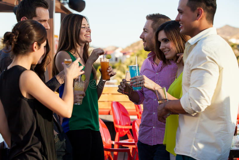 Grupo de amigos que tienen bebidas foto de archivo libre de regalías
