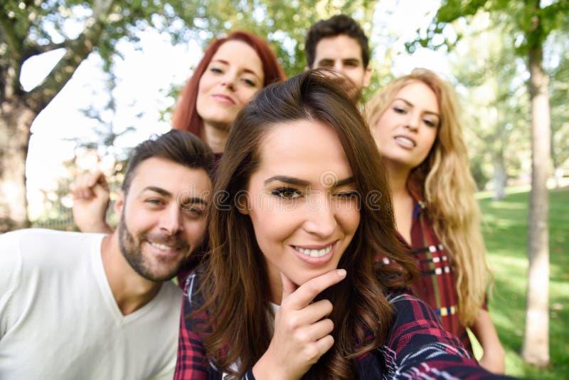 Grupo de amigos que tomam o selfie no fundo urbano fotos de stock