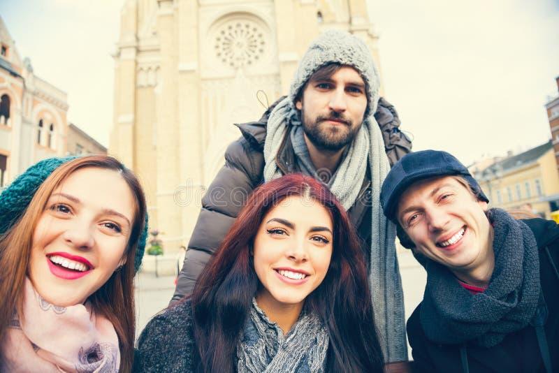 Grupo de amigos que tomam Selfie imagem de stock