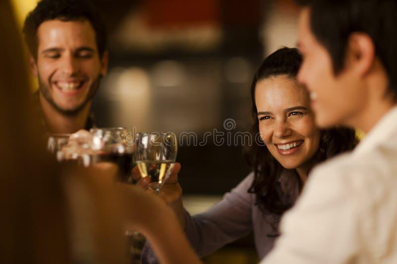 Grupo de amigos que tuestan con el vino foto de archivo
