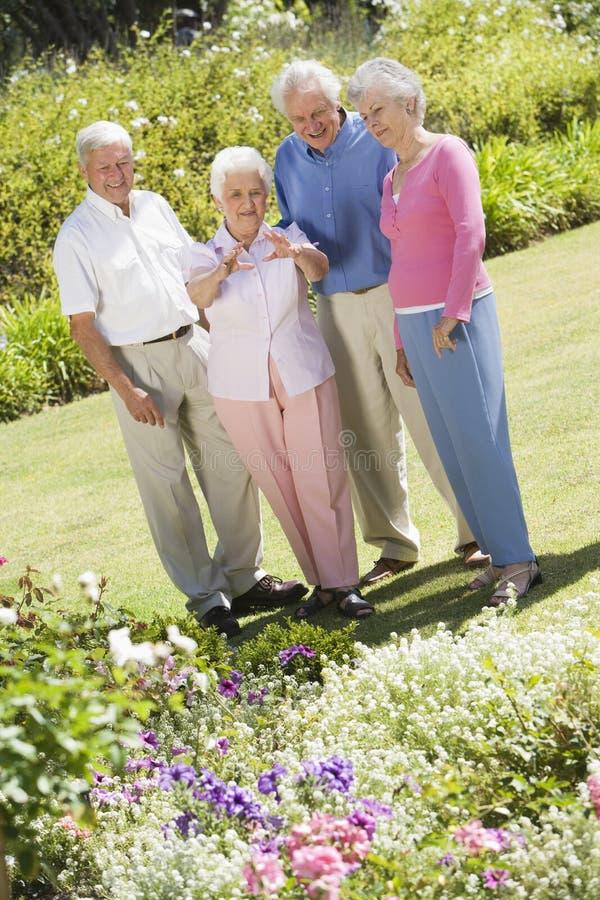 Grupo de amigos sênior no jardim fotos de stock royalty free