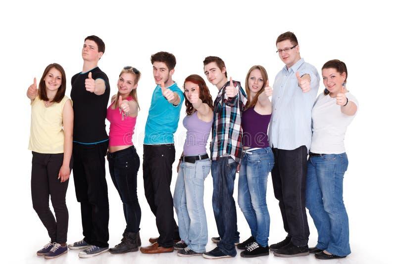 Grupo de amigos sonrientes que se colocan en fila imágenes de archivo libres de regalías