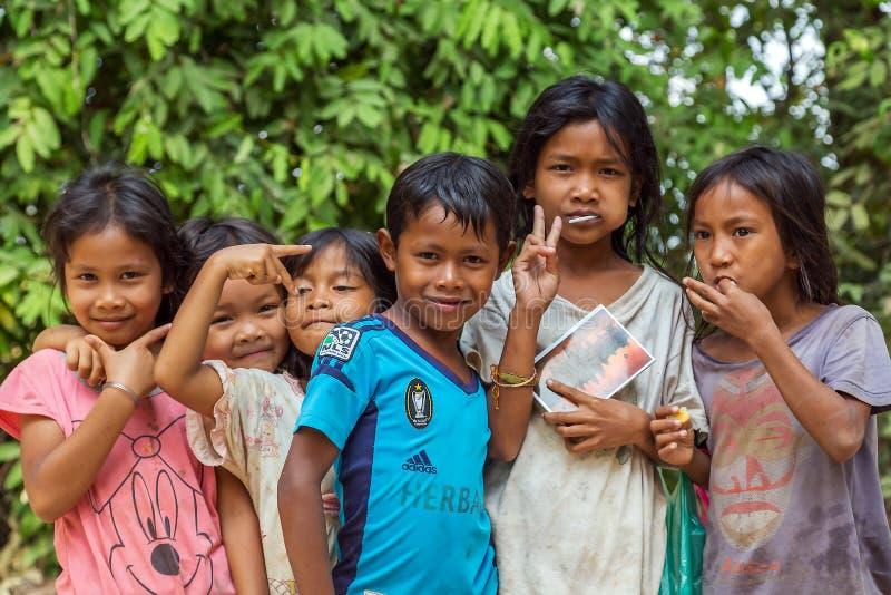 Grupo de amistad de los niños alegre, niños sonrientes fotografía de archivo libre de regalías