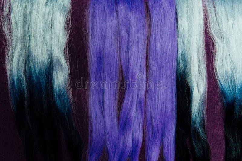 Grupo de amostras roxas diferentes da cor do cabelo dos fechamentos Trança com kanekalon roxo sintético da cor fotografia de stock royalty free