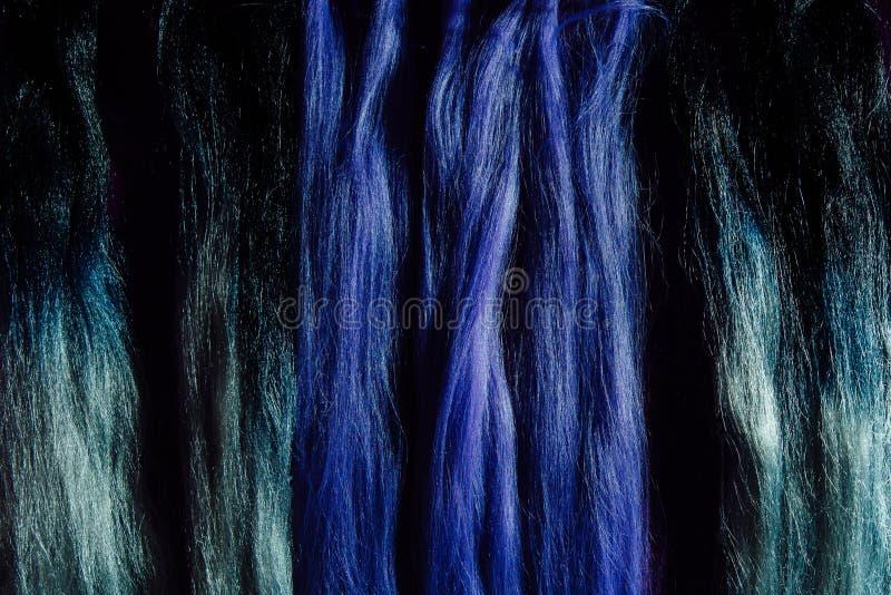 Grupo de amostras roxas diferentes da cor do cabelo dos fechamentos Trança com kanekalon roxo sintético da cor imagem de stock royalty free