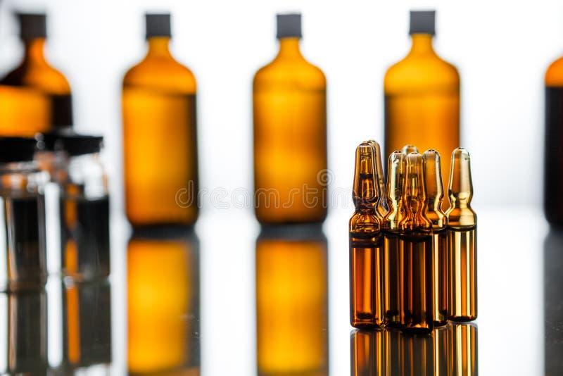 Grupo de ampolas com uma medicina transparente no laboratório médico foto de stock royalty free