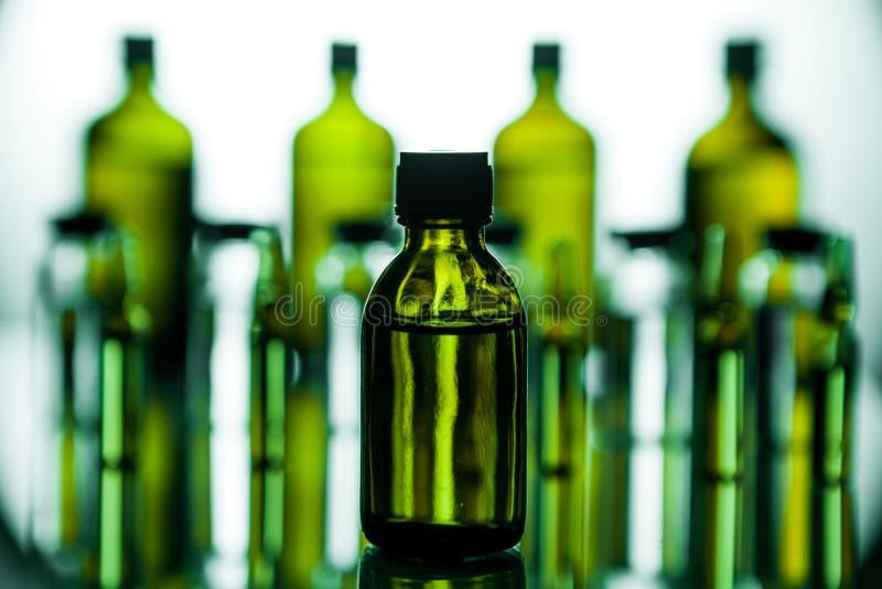 Grupo de ampolas com uma medicina transparente no laboratório médico foto de stock