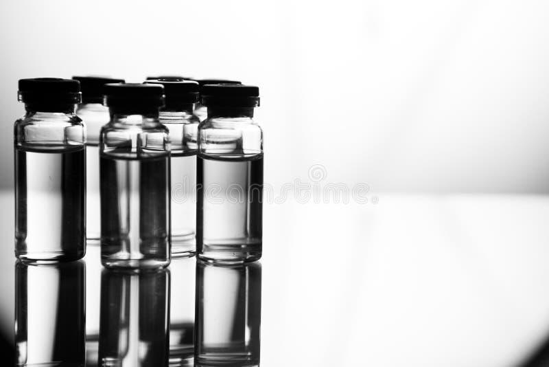 Grupo de ampolas com uma medicina transparente no laboratório médico imagem de stock royalty free