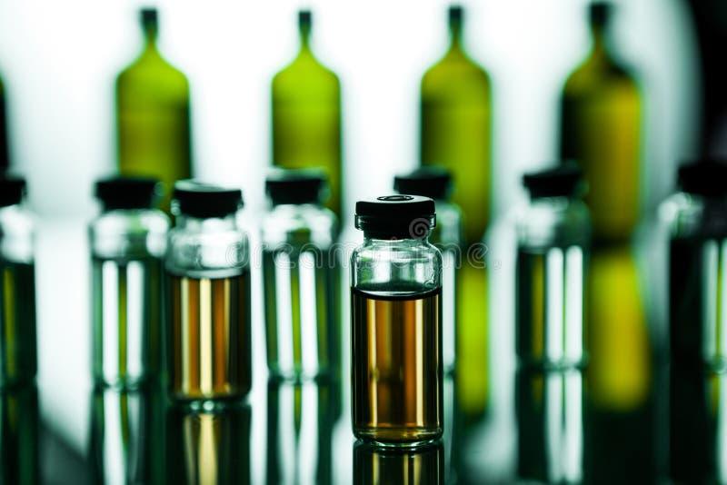 Grupo de ampolas com uma medicina transparente no laboratório médico fotografia de stock