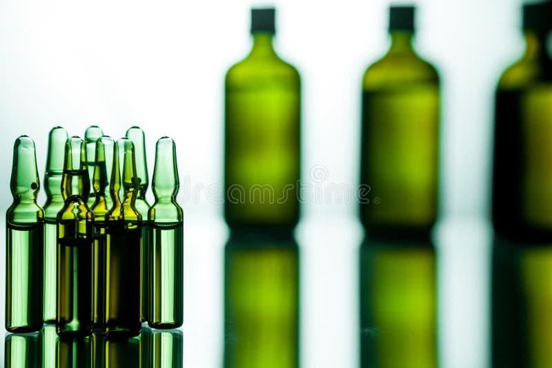 Grupo de ampolas com uma medicina transparente no laborat médico imagens de stock