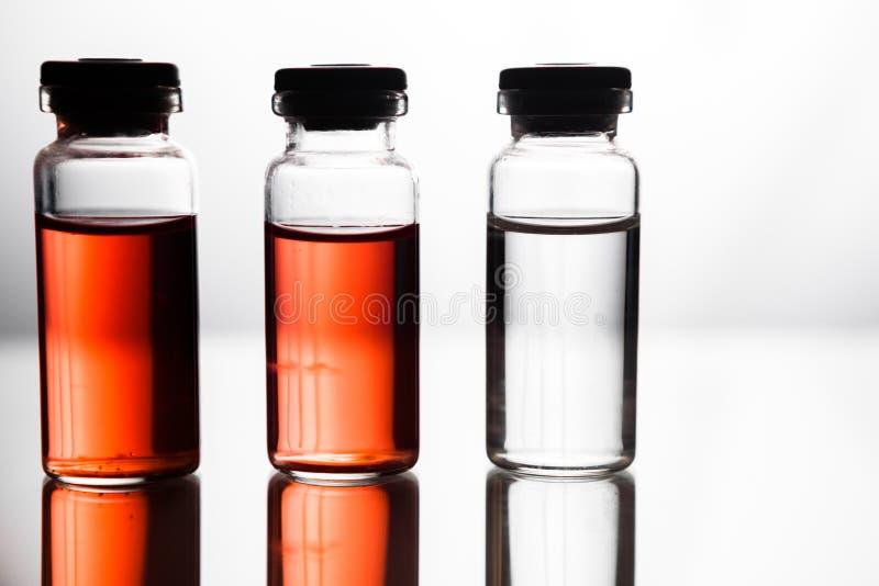 Grupo de ampolas com uma medicina transparente no laborat médico foto de stock