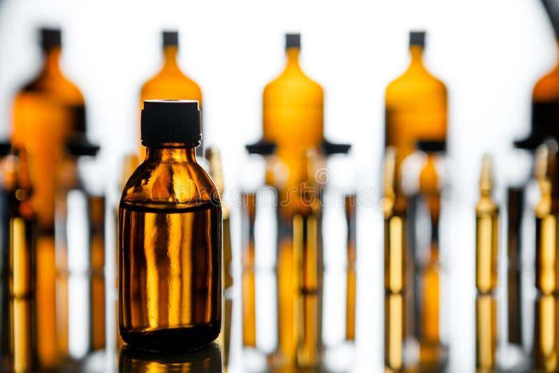 Grupo de ampolas com uma medicina transparente no laborat médico imagens de stock royalty free