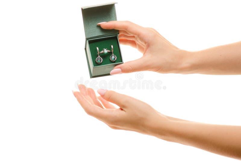 Grupo de anel e de brincos com a pedra verde de quartzo das mãos do presente fêmea verde jewerly imagem de stock