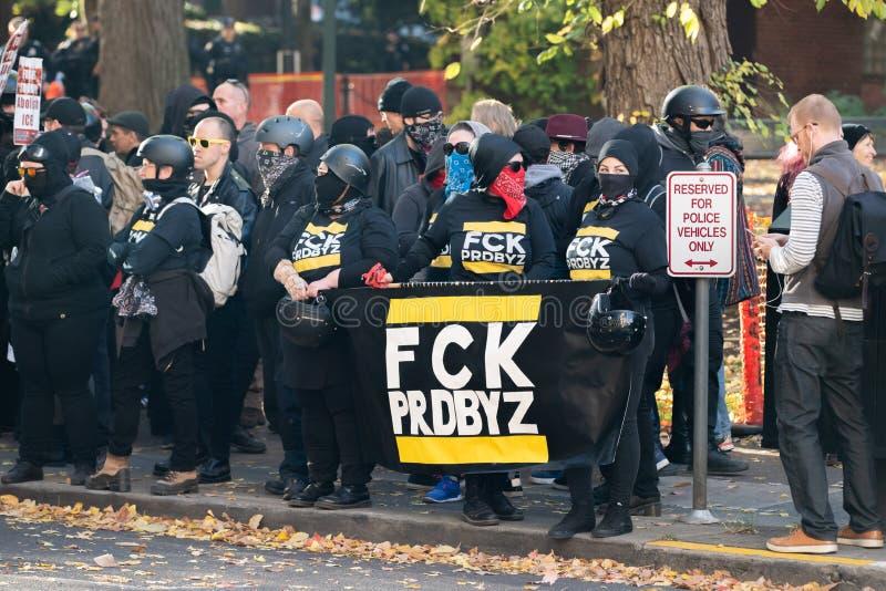 Grupo de Antifa con la bandera de 'FCK PRDBYZ ' foto de archivo libre de regalías