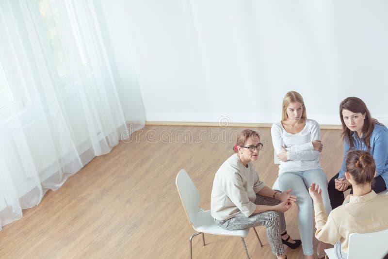 Grupo de apoio durante a sessão psychotherapeutic imagens de stock royalty free