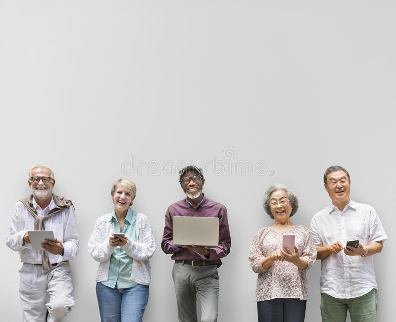 Grupo de aposentadoria superior usando o conceito do estilo de vida de Digitas fotografia de stock royalty free