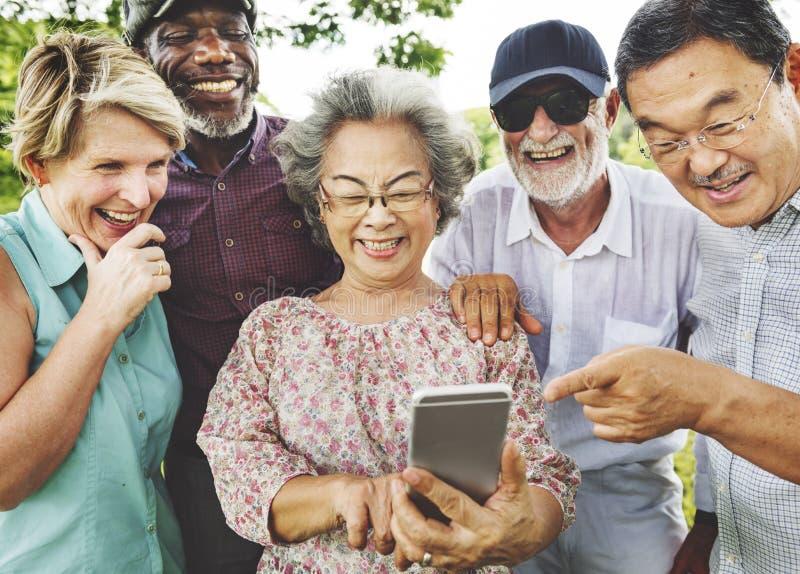 Grupo de aposentadoria superior usando o conceito do estilo de vida de Digitas imagens de stock