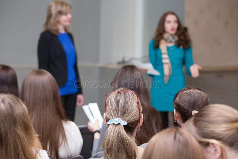 Grupo de apresentação de escuta dos estudantes imagens de stock royalty free