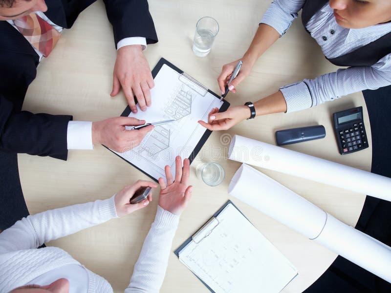Grupo de arquitetos em seu escritório imagens de stock royalty free