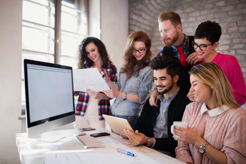 Grupo de arquitetos novos que usam a tabuleta digital foto de stock royalty free