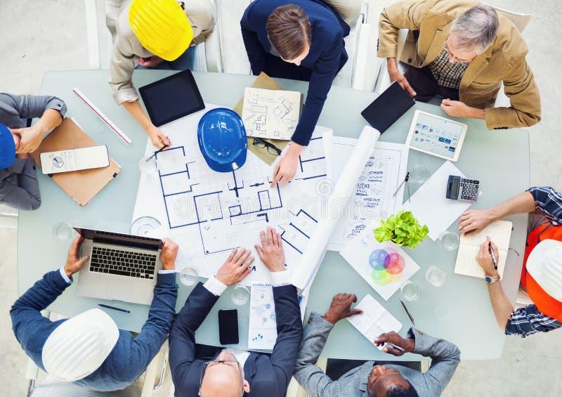 Grupo de arquitetos que planeiam em um projeto novo imagens de stock