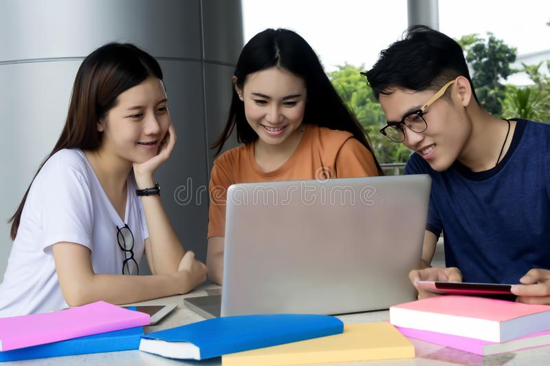 Grupo de asiático novo que estuda na universidade que senta-se durante o lectu fotografia de stock