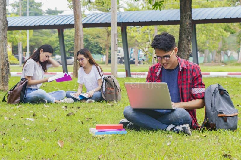 Grupo de asiático novo que estuda na universidade que senta-se durante o lectu imagem de stock royalty free