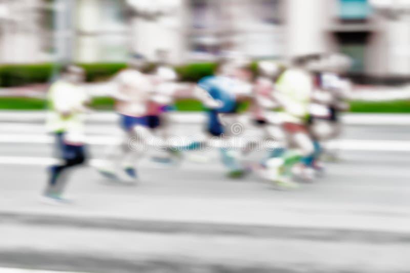 Grupo de atleta joven de los corredores que corre en la calle, maratón de la ciudad, efecto de la falta de definición, cara irrec foto de archivo libre de regalías