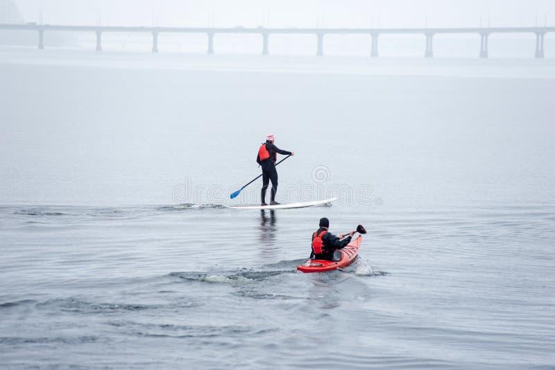 Grupo de atletas que kayaking no river02 fotografia de stock royalty free