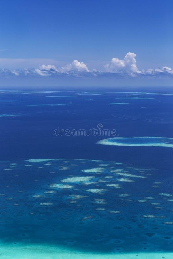 Grupo de atolones en Maldivas imagenes de archivo