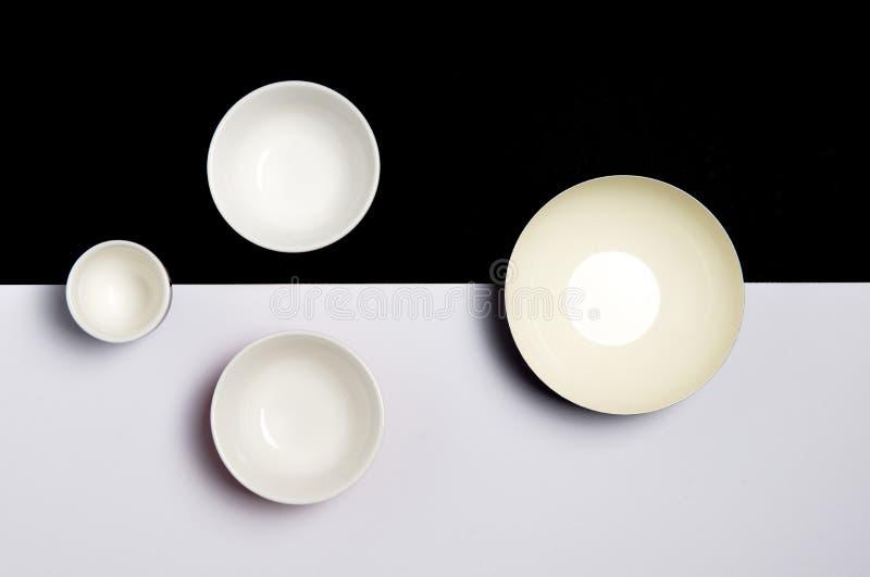 Grupo de bacias cerâmicas vazias em uma superfície preto e branco foto de stock