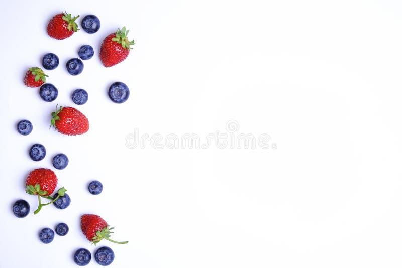 Grupo de bagas, do mirtilo & da morango misturados orgânicos frescos no teste padrão sem emenda, fundo branco Conceito limpo come imagens de stock royalty free